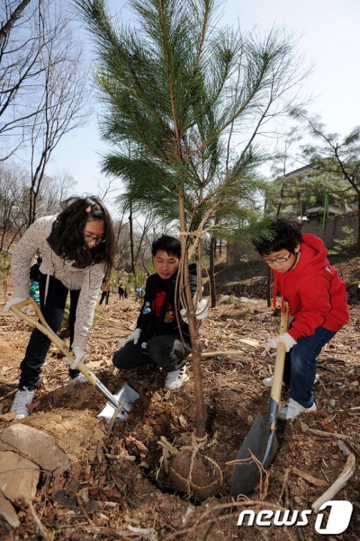 [사진]아빠와 함께 나무 심어요