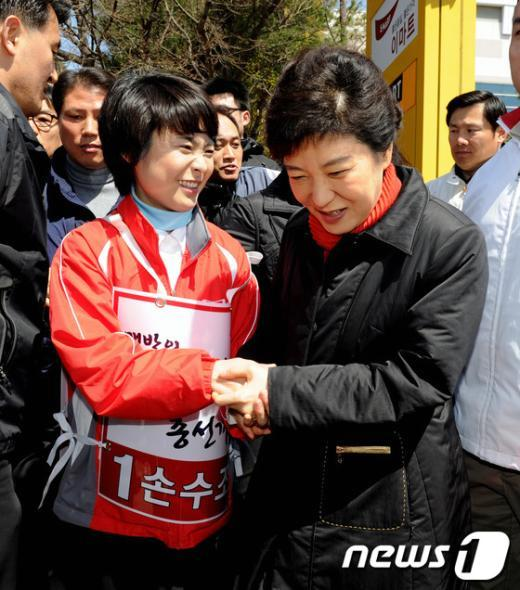 [사진]두손 잡은 박근혜·손수조