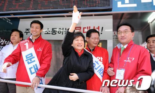 [사진]'부상투혼' 손 흔드는 선거의 여왕