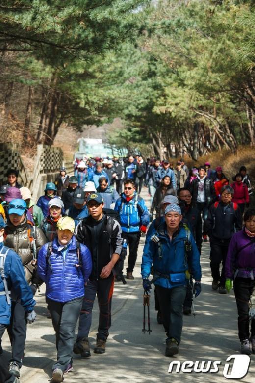 [사진]꽃샘추위에도 인산인해 이룬 관악산