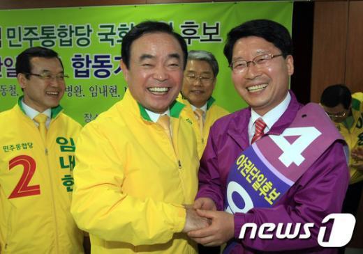 [사진]광주지역 민주통합당 후보들, 야권연대 오병윤후보 지지