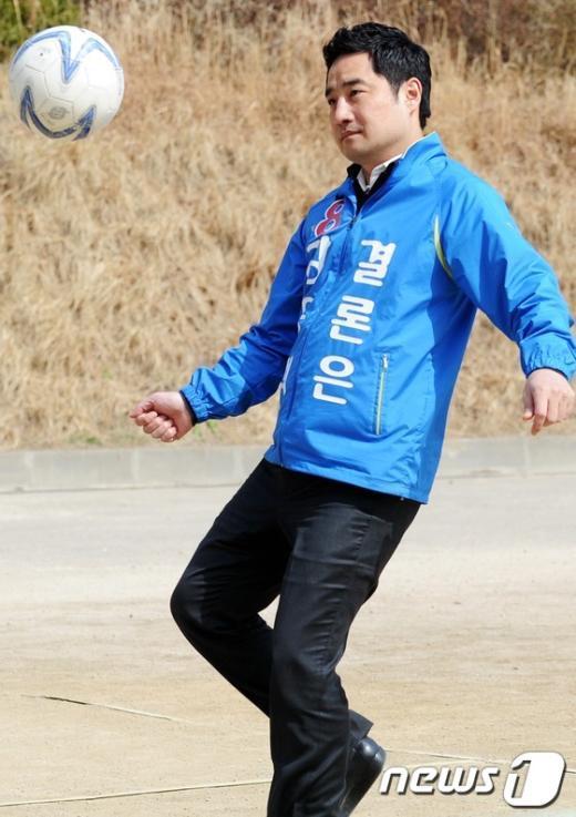 [사진]족구하는 강용석, '자세는 수준급'
