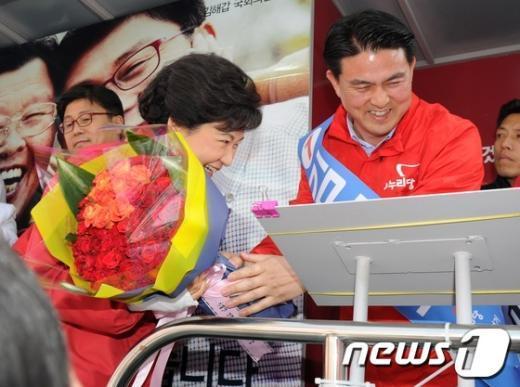 [사진]박근혜 위원장에게 꽃다발 건네는 김태호 후보