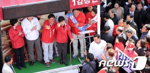 [사진]손 흔들어 인사하는 박근혜 위원장과 후보들