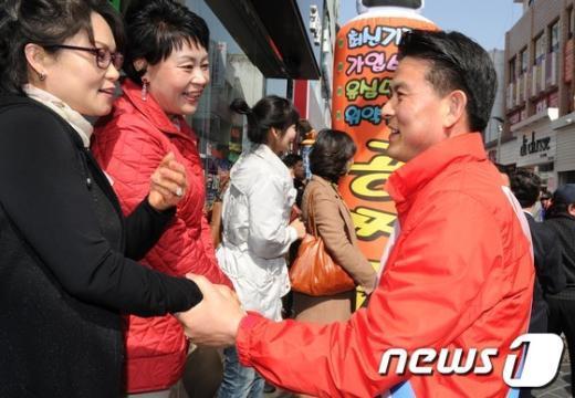 [사진]유권자와 악수 나누는 김태호 후보