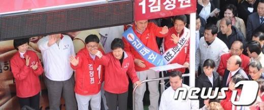 [사진]유권자를 향해 인사하는 박근혜 위원장