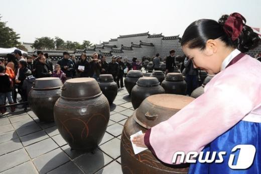 [사진]장독 닦는 장고 궁녀