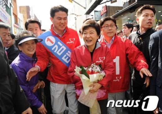 [사진]환호와 박수 받으며 입장하는 박근혜 위원장
