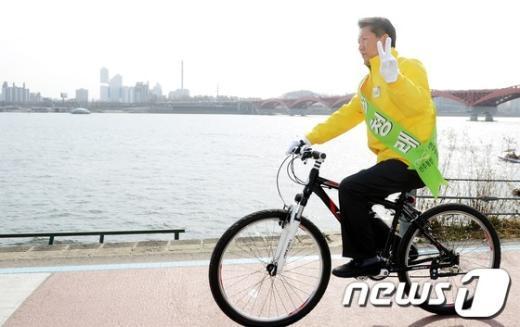 [사진]자전거 타고 한강 누비는 정청래 후보