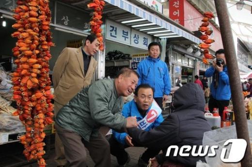 [사진]대구 중남구 '뽀빠이' 등장, 무소속 박영준 지지호소