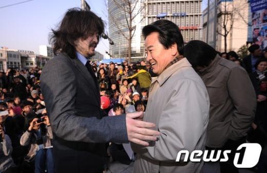 [사진]정동영 선거유세 참석한 '나꼼수'