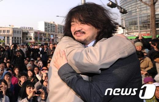 [사진]정동영 꼭 껴안은 김어준 총수