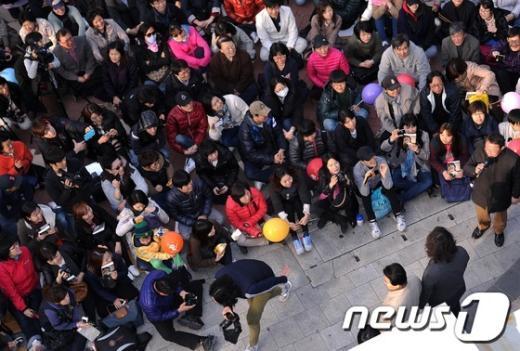 [사진]정동영 유세장 찾은 시민들