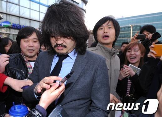 [사진]'나꼼수' 팬들의 사인공세