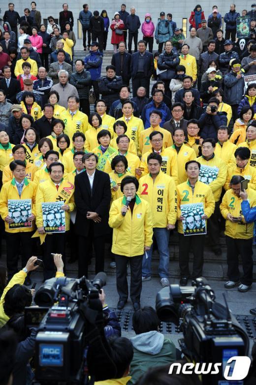 민주통합당 한명숙 대표가 1일 오후 서울 세종문화회관 앞 계단에서 열린 청와대 하명 불법 국민사찰 규탄 집중유세에 참석해 규탄발언을 하고 있다.  News1 이광호 기자