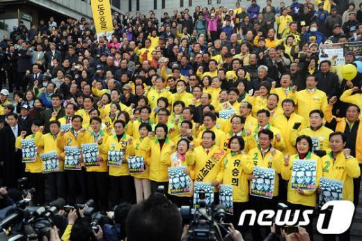 [사진]민간인 불법사찰 규탄 구호 외치는 민주통합당