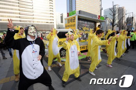 [사진]이색 복장 선거운동!