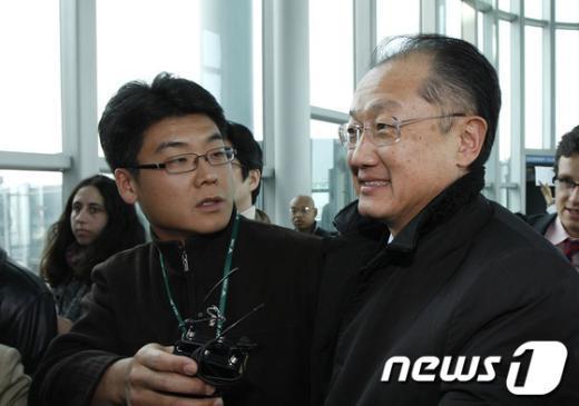 [사진]취재진 질문받는 김용 세계은행 총재 후보