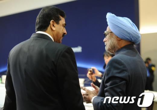 유수프 라자 길라니 파키스탄 총리와 만모한 싱 인도 총리가 2012 서울 핵 안보 정상회의에 참석해 이야기를 나누고 있다.  AFP=News1