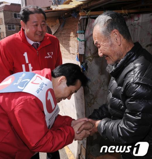 [사진]노인정 찾은 나성린 '지지호소'