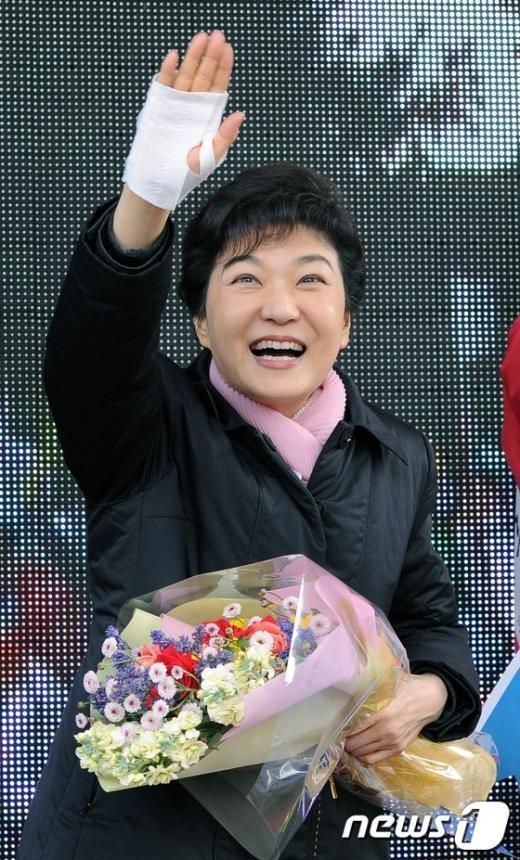 [사진]손 흔드는 박근혜 위원장