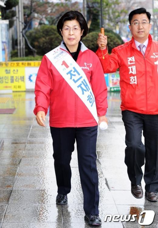 [사진]표밭 다지는 전재희 후보