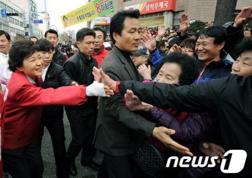 [사진]박근혜 위원장 '인기는 못말려'