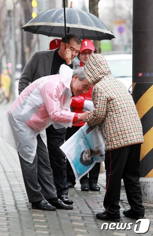 [사진]우비입고 선거 유세하는 김종훈 후보