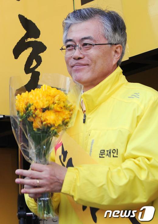 [사진]꽃다발 든 문재인