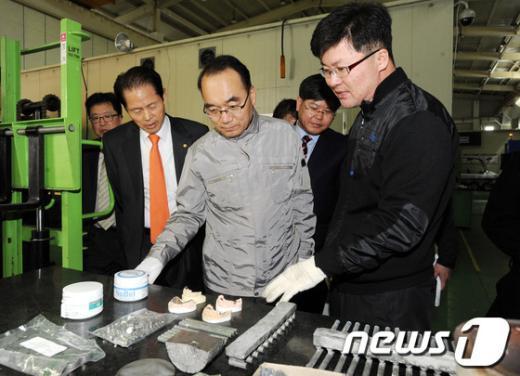 [사진]광주 특구합금부품개발센터 방문한 박재완 장관