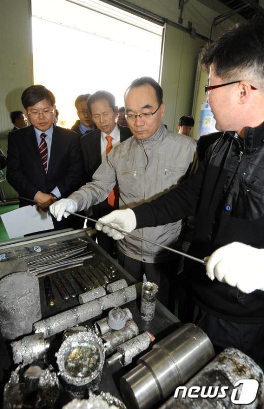[사진]특수합금에 대해 설명듣는 박재완 장관