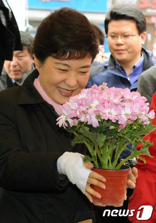 [사진]꽃을 든 박근혜 위원장