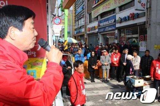 이종진 후보가 2일 화원전통시장에서 유권자에게 지지를 호소하고 있다. /김대벽 기자 News1