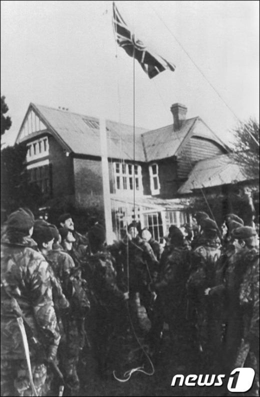 1982년 6월 17일, 아르헨티나의 항복으로 전쟁을 끝낸 영국군들이 유니언잭기를 포클랜드 정부 건물에 걸고 있다. AFP=News1