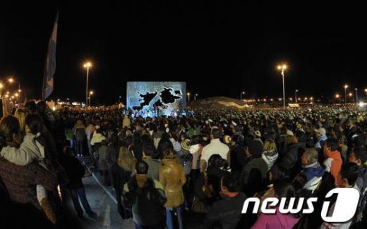 포클랜드전 30주년을 맞아 충혼탑 앞에서 철야 시위를 하고 있는 아르헨티나 국민들. AFP=News1