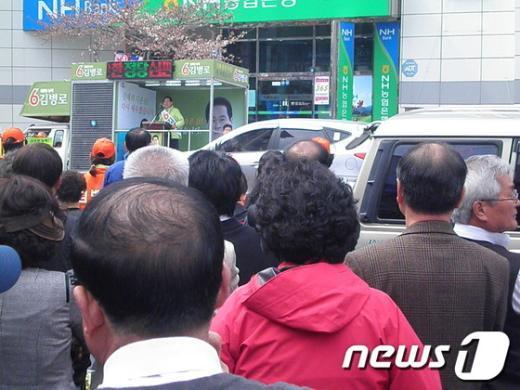 2일 오후 진해해양극장 앞에서 김병로 무소속 후보가 거리 유세를 하고 있다.  News1