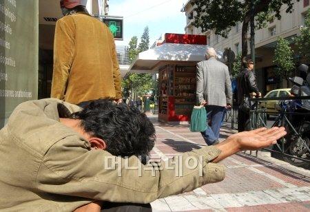 ↑그리스는 혹독한 긴축으로 빈곤이 사회 문제가 되고 있다. 한 걸인이 아테네 신타그마광장 인근에서 동냥을 하고 있다. ⓒ사진=아테네 홍봉진 기자