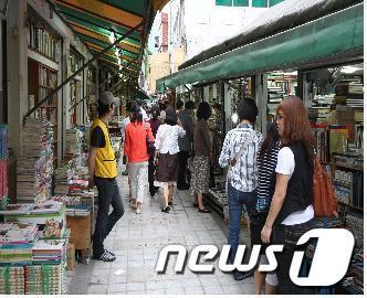 부산 슬로시티 관광명소로 선정된 보수동 책방골목.(부산시 제공) News1