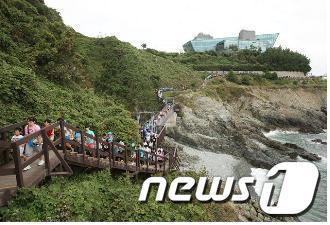 부산 슬로시티 관광명소로 선정된 갈맷길2코스 중 이기대 산책로.(부산시 제공) News1