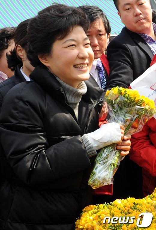 [사진]후리지아 꽃 든 박근혜 위원장