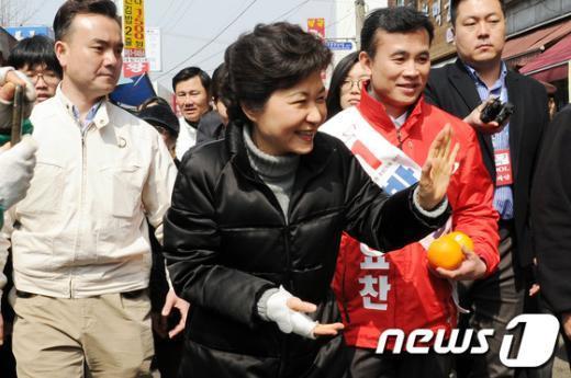 [사진]손 흔들며 인사하는 박근혜