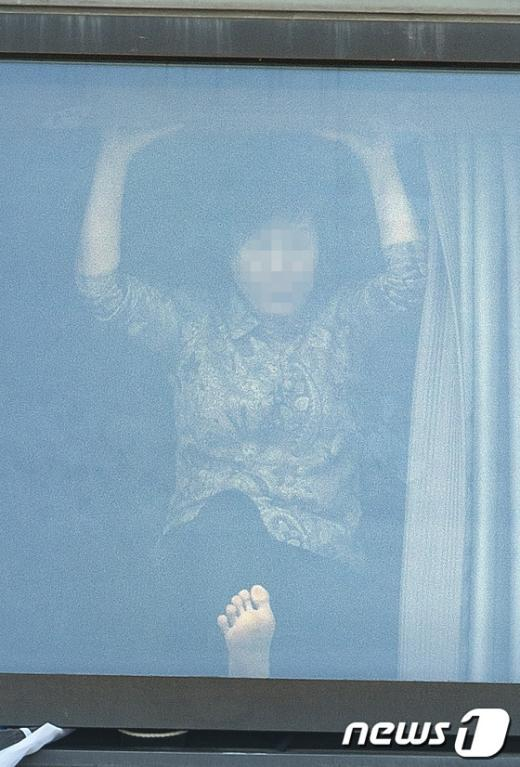 [사진]창문 발로 차는 점거농성자