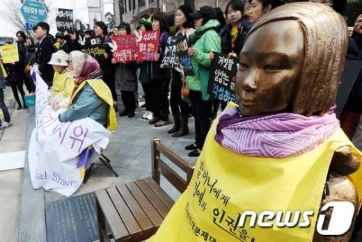 [사진]위안부 피해자 할머니와 소녀상