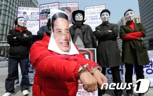 [사진]민간인 불법사찰 규탄 퍼포먼스