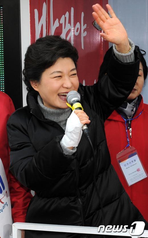 [사진]손들어 유권자들에게 인사하는 박근혜