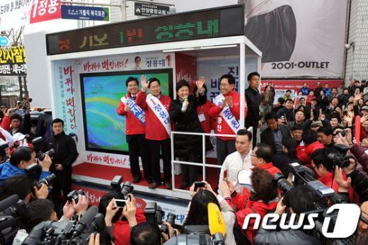 [사진]안양 지원유세 나선 박근혜 위원장
