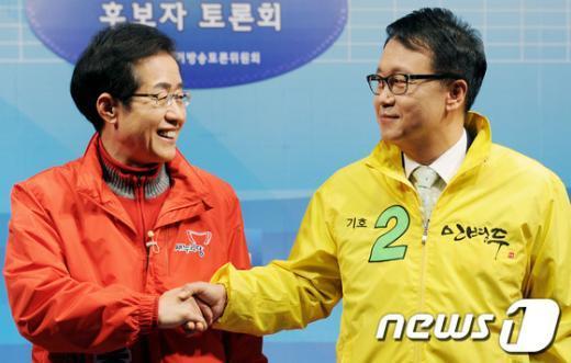 [사진]TV토론회서 만난 홍준표-민병두