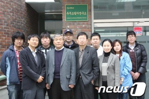전남대 우주소립자연구소 김재률 소장(줄 왼쪽에서 2번째)과 연구원. /사진제공=전남대  News1