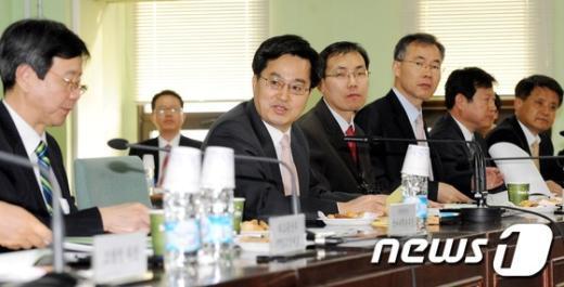 [사진]정책협의회 주재하는 김동연 차관