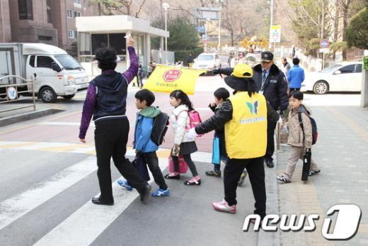 보행지도 전문가와 교통자원봉사자들이 등·하굣길 초등학생들의 안전한 보행을 지도하고 있다. /사진제공=과천시 News1